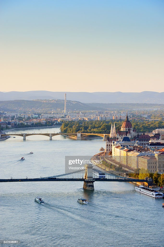 Hungary, Budapest, View to River Danube, Chain Bridge and Parliament Buildung, Margaret Bridge and Margaret Island : Foto de stock