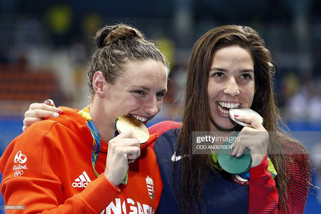Hungary's Katinka Hosszu (L) and USA's Madeline 'Maya' Dirado pose on the podium after they respectively won gold and silver in the Women's 400m Individual Medley Final during the swimming event at the Rio 2016 Olympic Games at the Olympic Aquatics Stadium in Rio de Janeiro on August 6, 2016. / AFP / Odd ANDERSEN