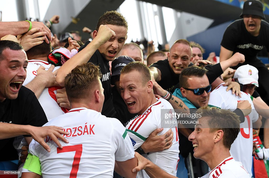 Hungary's players celebrate with their fans after a goal by Hungary's forward Adam Szalai (L) during the Euro 2016 group F football match between Hungary and Austria at the Matmut Atlantique stadium in Bordeaux on June 14, 2016. / AFP / Mehdi FEDOUACH