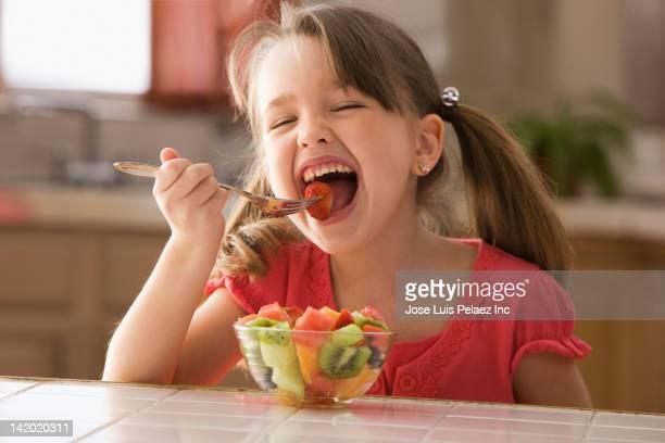 hungry caucasian girl eating fruit salad - só uma menina - fotografias e filmes do acervo