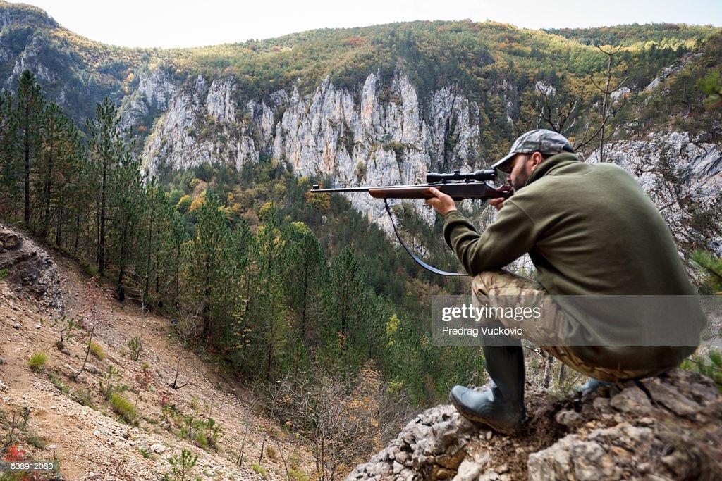 山の中のハンター : ストックフォト