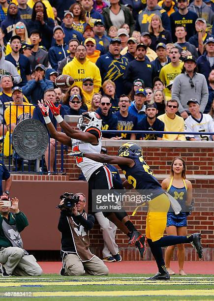 Hunter Jarmon of the Oregon State Beavers makes the catch for a 21 yard touchdown during the first quarter of the game against the Michigan...