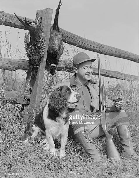 hunter man sitting with his hunting dog and shotgun - {{ collectponotification.cta }} fotografías e imágenes de stock