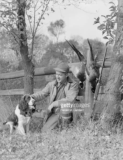 hunter man sitting with his hunting dog and shotgun - {{relatedsearchurl(carousel.phrase)}} fotografías e imágenes de stock
