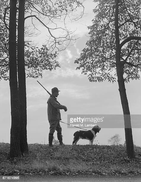 hunter man stands with his hunting dog and shotgun - {{ collectponotification.cta }} fotografías e imágenes de stock
