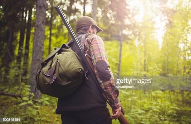 hunter auf eine wanderung durch den wald - jagd stock-fotos und bilder
