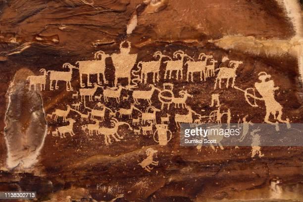 hunter panel petroglyph in nine mile canyon, utah - cave painting 個照片及圖片檔