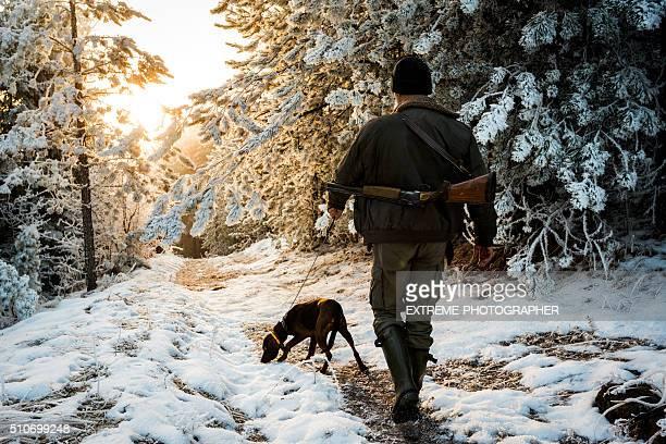 hunter zu fuß hund an der leine geführt - jagd stock-fotos und bilder