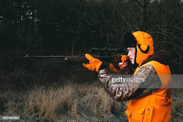 jäger mit gewehr - kopfschuss stock-fotos und bilder
