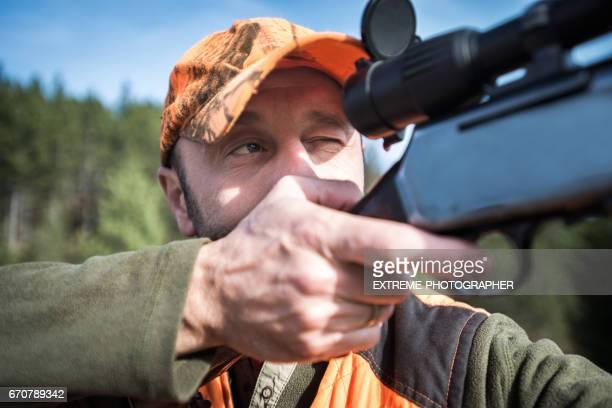 caçador com rifle - armamento - fotografias e filmes do acervo