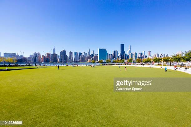 hunter's point south park in queens and manhattan skyline, new york city - queens new york city stock pictures, royalty-free photos & images
