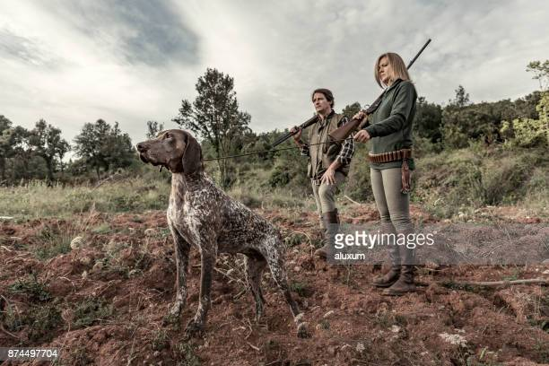 hunters with german shorthaired pointer - german shorthaired pointer stock pictures, royalty-free photos & images