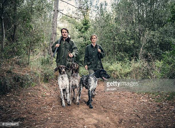 hunters with german shorthaired pointers - pointer dog stock pictures, royalty-free photos & images