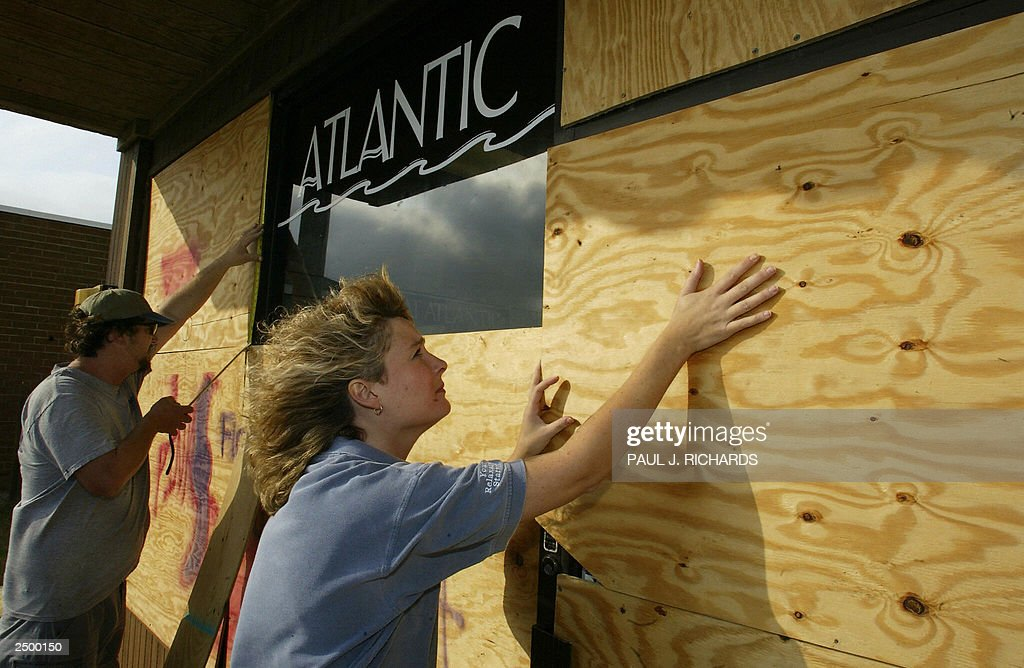 Hurricane veteran Todd Liston (L) measur : News Photo