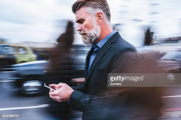hurrying zu arbeiten - bewegungsunschärfe stock-fotos und bilder