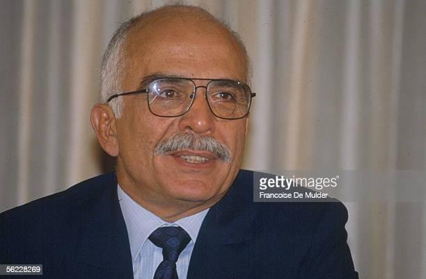 Husayn , king of Jordan, in his office of the palace of the Presidency. Amman, August, 1990.