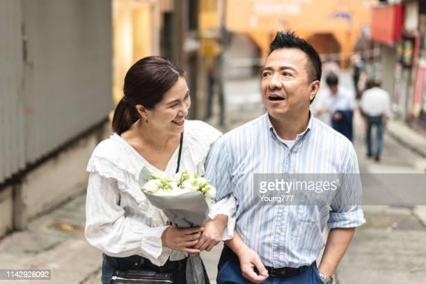路上で歩いている夫と妻 - 中年カップル ストックフォトと画像