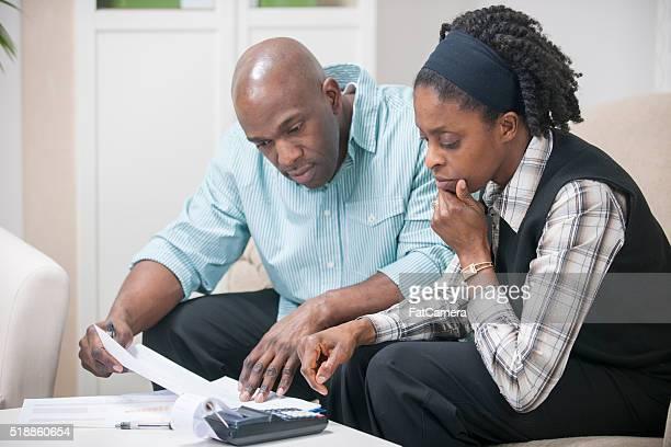 Marido e esposa a trabalhar num o seu orçamento
