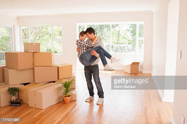 marido transporte mujer en nueva casa - pareja heterosexual fotografías e imágenes de stock