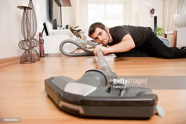Mann Reinigung house Leg dich mit dem Rücken auf dem Boden