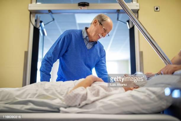 husband comforting his wife before the surgery - heterosexuelles paar stock-fotos und bilder