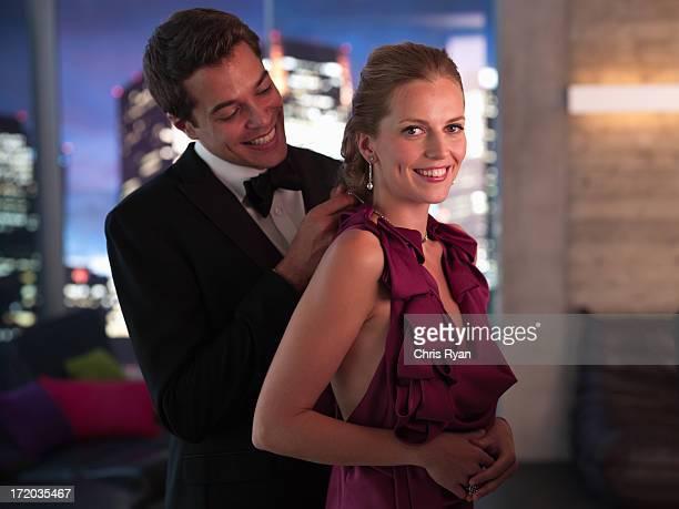 夫のタキシード締めエレガントな妻's ネックレス - ガールフレンド ストックフォトと画像