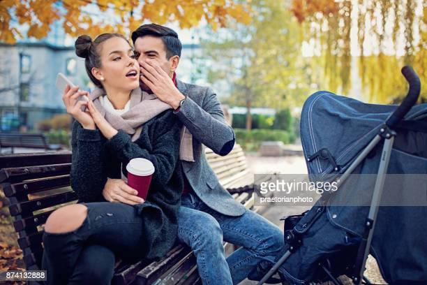 Echtgenoot is roddelen met zijn vrouw op de Bank in het park