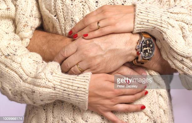 husbands arms around pregnant wife's waist - marryornot stock pictures, royalty-free photos & images
