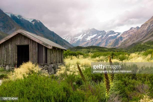 hut at mount cook national park, canterbury, new zealand - christchurch nieuw zeeland stockfoto's en -beelden