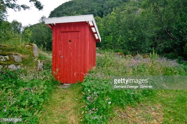 wc hut, dunny, lofoten, norway - gemak stockfoto's en -beelden
