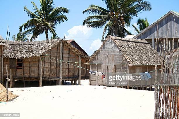 huts by sea in morondava - madagascar fotografías e imágenes de stock