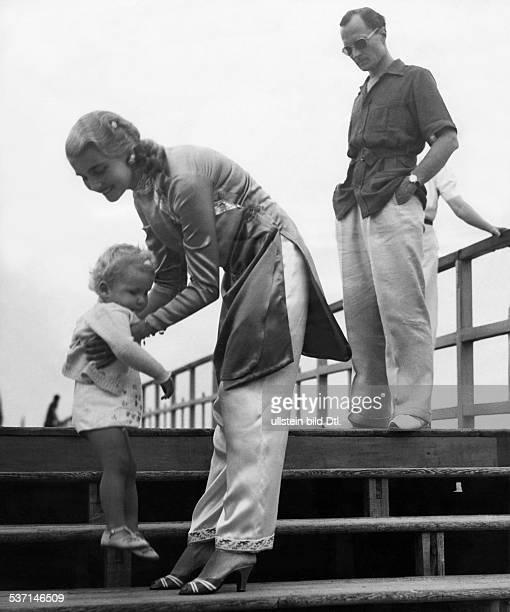 Hutton Barbara KaufhausErbin USA mit ihrem Mann Kurt HaugwitzReventlow und Sohn Lance am Lido in Venedig Italien 1937 veroeffentlicht Illustr 30/1938