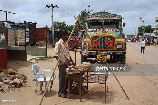 Hyderabad LKW an der Strasse zur Hauptstadt des Bundesstaates Andrah Pradesh, Strassenhändler verkauft Fleisch
