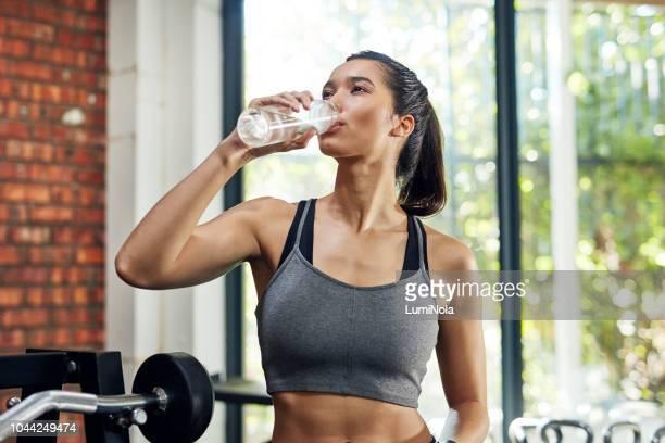 hydrater et rester en bonne santé - personne sportive photos et images de collection
