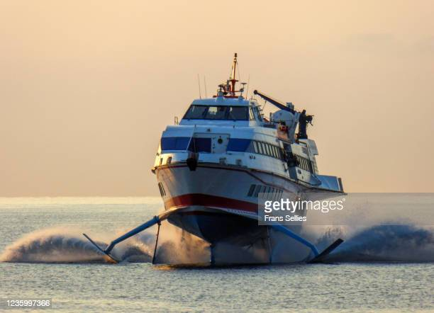 hydrofoil ferrying passengers between islands - frans sellies stockfoto's en -beelden
