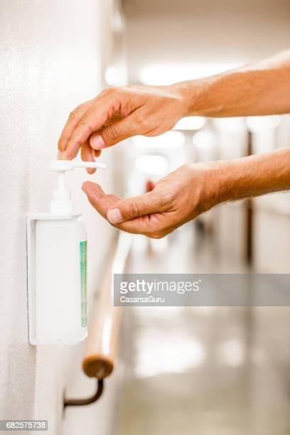 hygienischen händedesinfektion - hygiene stock-fotos und bilder