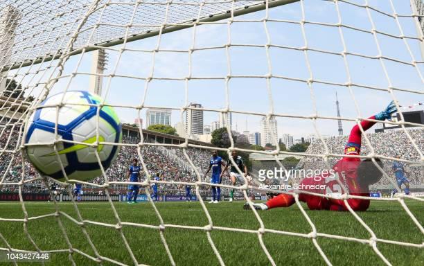 Hyoran of Palmeiras scores their second goal during the match against Cruzeiro for the Brasileirao Series A 2018 at Pacaembu Stadium on September 30...