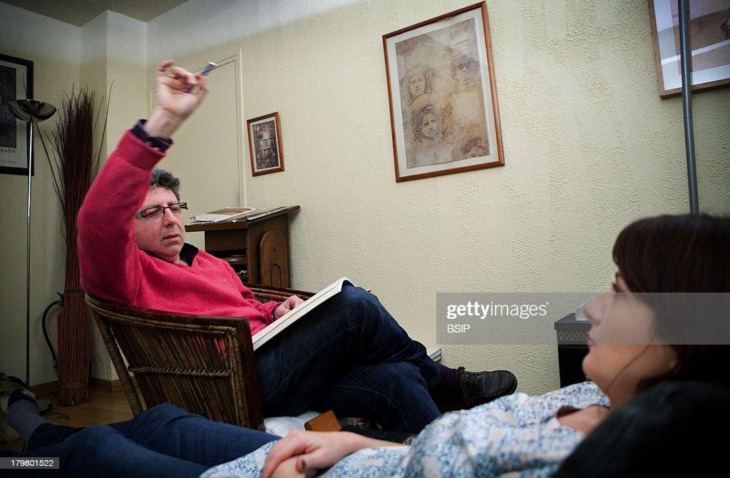 Hypnotherapist doing an ericksonian hypnosis session. EMDR ...