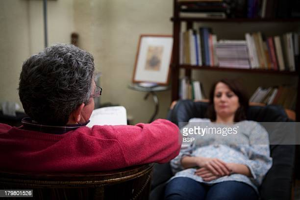 Hypnotherapist doing an ericksonian hypnosis session EMDR therapy Eye Movement Desensitization and Reprocessing