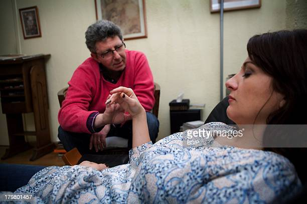 Hypnotherapist doing an ericksonian hypnosis session Hand catalepsy