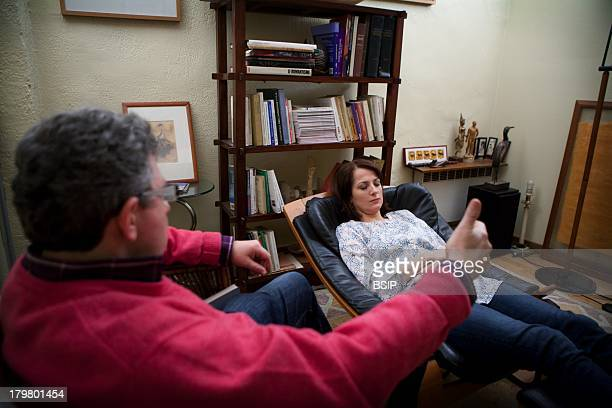 Hypnotherapist doing an ericksonian hypnosis session
