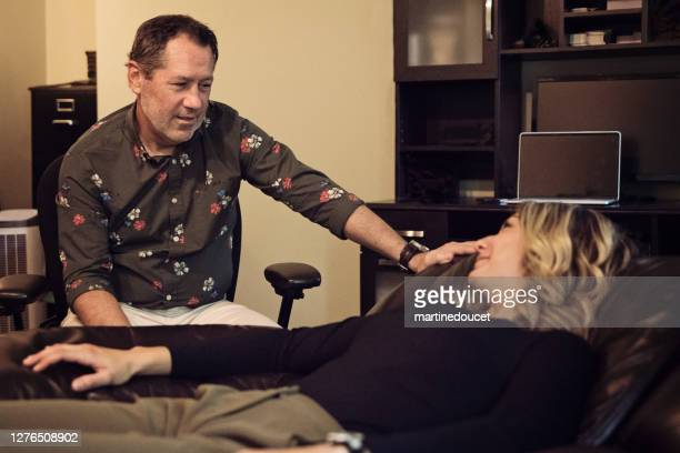 """hypnotherapist sitting with client in office. - """"martine doucet"""" or martinedoucet stock pictures, royalty-free photos & images"""