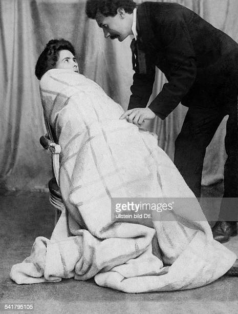 hypnotising an medium woman feeling cold Published by 'Berliner Illustrirte Zeitung' 43/1901Vintage property of ullstein bild
