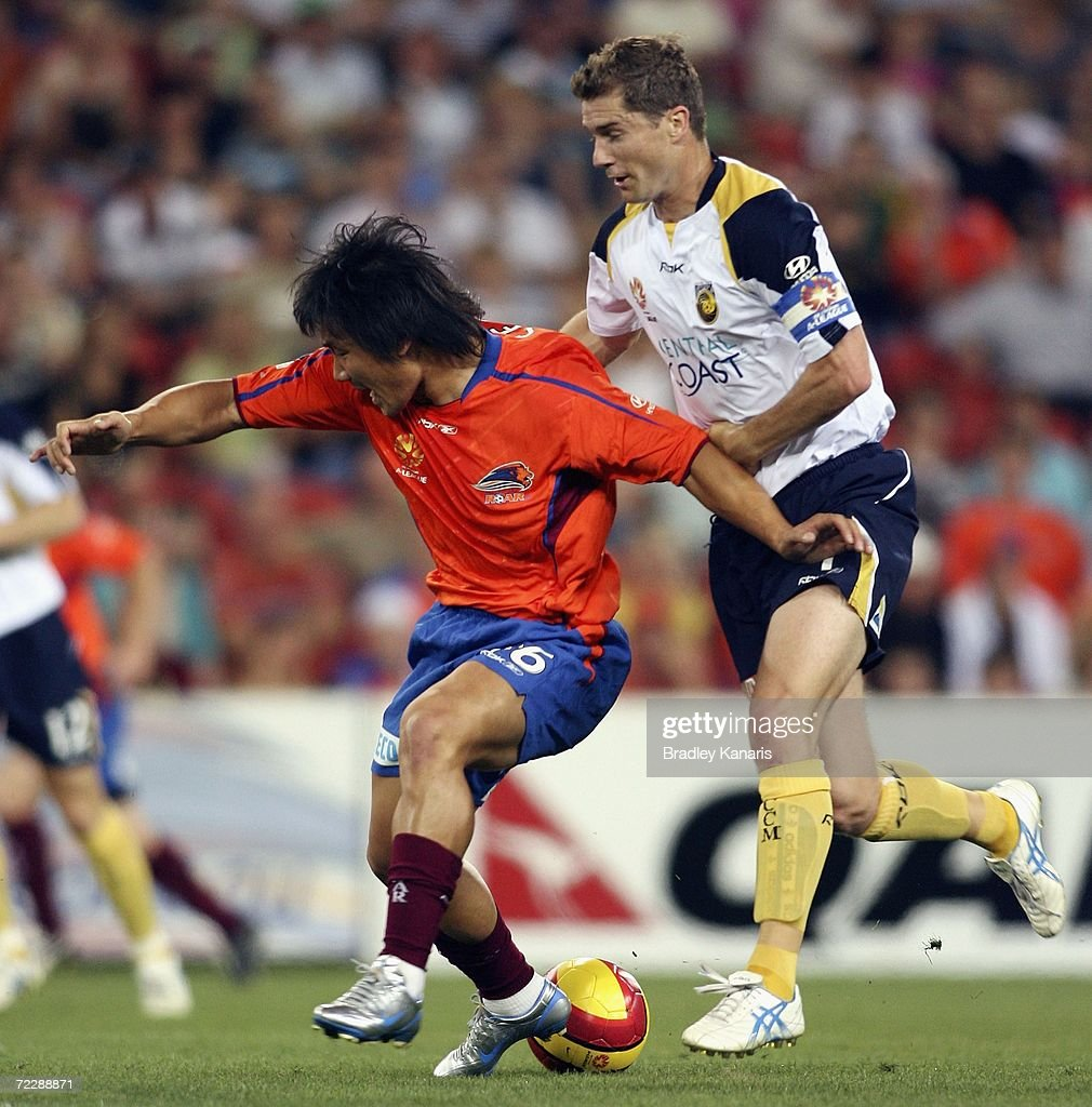Hyuk -Su Seo of the Roar is challenged by Noel Spencer of the Mariners during the round ten Hyundai A-League match between the Queensland Roar and the Central Coast Mariners at Suncorp Stadium on October 28, 2006 in Brisbane, Australia.