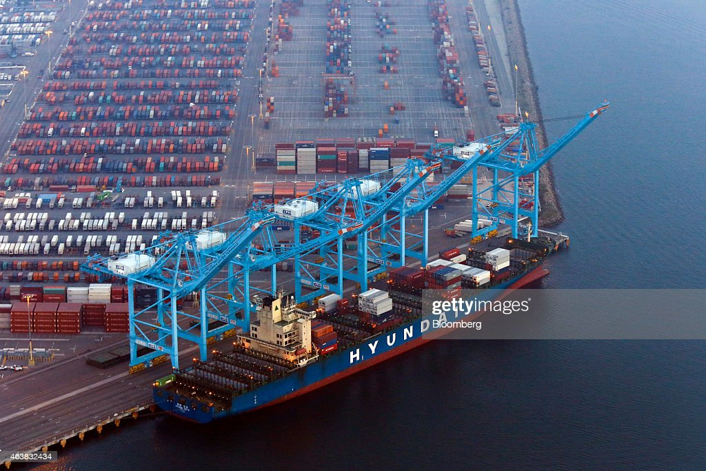 U.S. Oil Workers Threaten To Expand Strike To California Port : News Photo