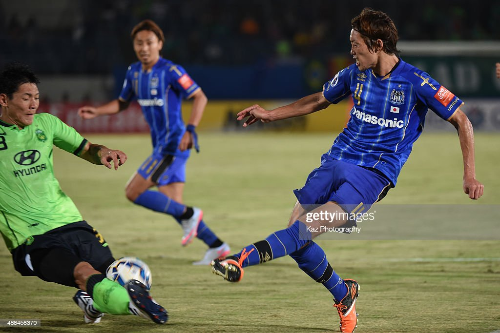Hyungil Kim of Jeonbuk Hyundai Motors blocks the cross of Hiroki Fujiharu of Gamba Osaka during the AFC Champions League quarter final match between Gamba Osaka and Jeonbuk Hyundai Motors ]at Expo '70 Stadium on September 16, 2015 in Osaka, Japan.