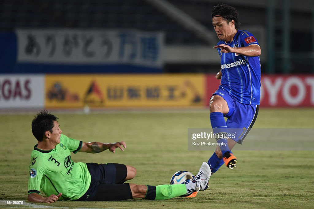 Hyungil Kim of Jeonbuk Hyundai Motors challenges Yasuhito Endo of Gamba Osaka during the AFC Champions League quarter final match between Gamba Osaka and Jeonbuk Hyundai Motors ]at Expo '70 Stadium on September 16, 2015 in Osaka, Japan.