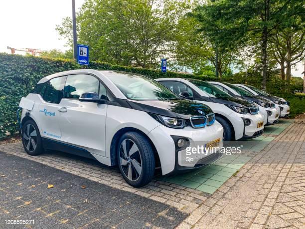 """bmw i3 vijfdeurs stedelijke elektrische auto's bij een laadstation - """"sjoerd van der wal"""" or """"sjo"""" stockfoto's en -beelden"""