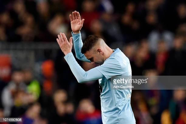 Iago Aspas of Celta Vigo applauds the fans as he leaves due to injury during the La Liga match between FC Barcelona and RC Celta de Vigo at Camp Nou...
