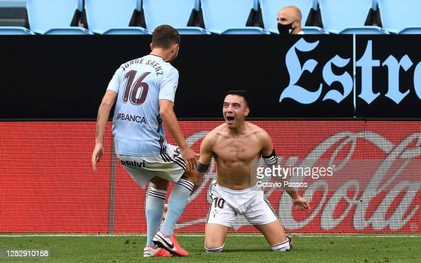 Iago Aspas of RC Celta Vigo celebrates scoring the second goal during the Liga match between RC Celta de Vigo and FC Barcelona at Abanca-Balaídos on...